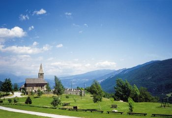 Cavedago Chiesetta San Tommaso e Valle di Non foto ApT Dolomiti Paganella