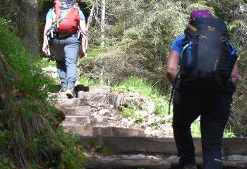 Escursionisti Sentiero gradini foto Michele Zeni